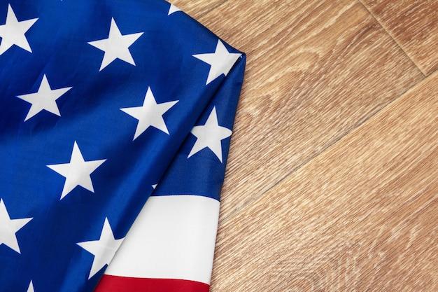 木製の背景にアメリカ合衆国の旗。退役軍人の記念日、記念、独立、労働者の日。