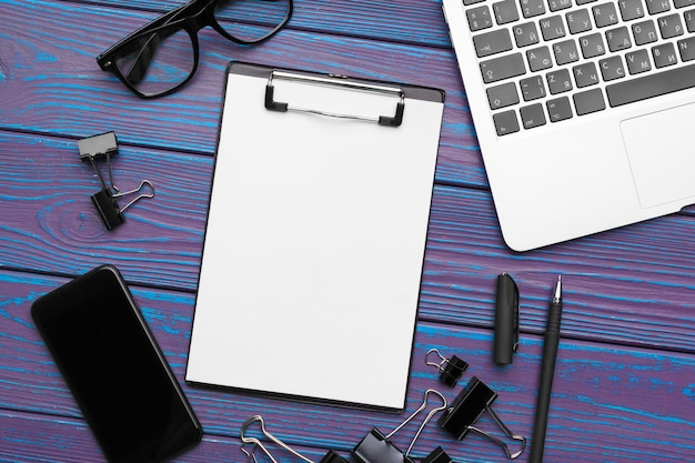 空白のメモ帳、ラップトップ、オフィス用品のオフィスデスクトップビュー