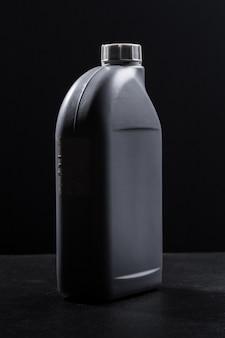 Пластиковая бутылка моторного масла