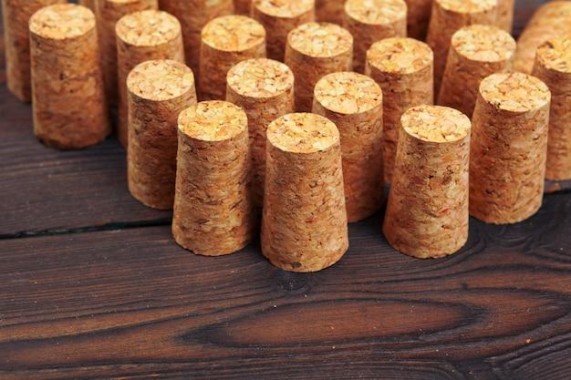 木製のテーブルにワインのコルク栓