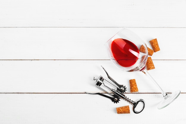 木製の背景にワイングラス