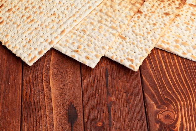 テーブルの上のユダヤ人の高い休日のお祝いのためのマッツォフラットブレッド