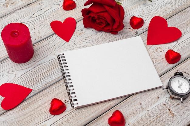 バレンタインデーのコンセプト。空の空白のノートブック、ギフトボックス、花