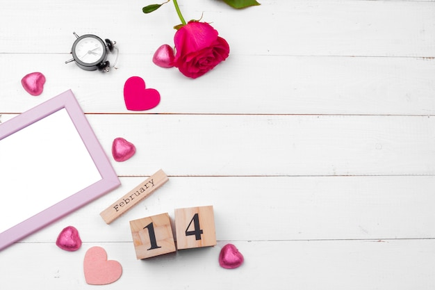 創造的なバレンタインの日ロマンチックな組成フラットレイアウトトップビュー愛の休日のお祝い赤いハートカレンダー日付