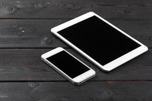 デジタルタブレットとテーブルの上のスマートフォン