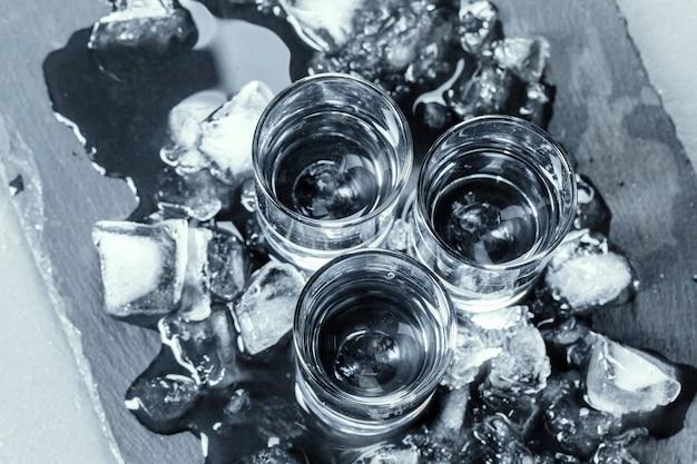 ショットグラスの冷たいウォッカ。