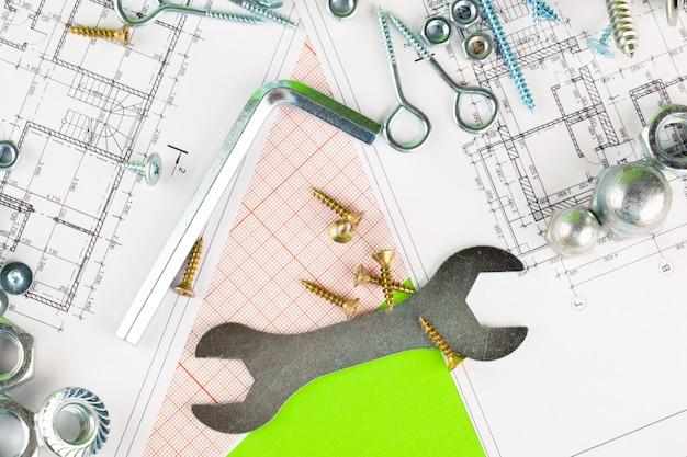 技術と金属加工。印刷された図面の金属ボルトとナット