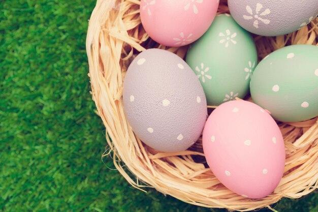 Пасхальные яйца в гнезде на траве