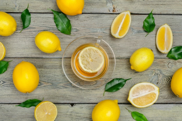 Чай с лимоном и лаймом на деревянном столе