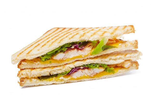 ハム、チーズ、トマト、レタス、トーストしたパンのサンドイッチ。分離された平面図。