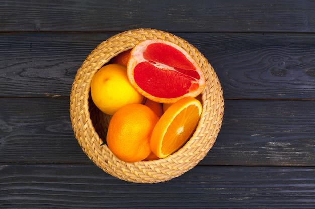 柑橘系の果物のボウル
