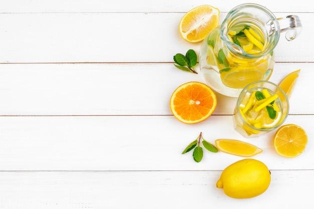 夏の飲み物。レモンミントと伝統的なレモネード