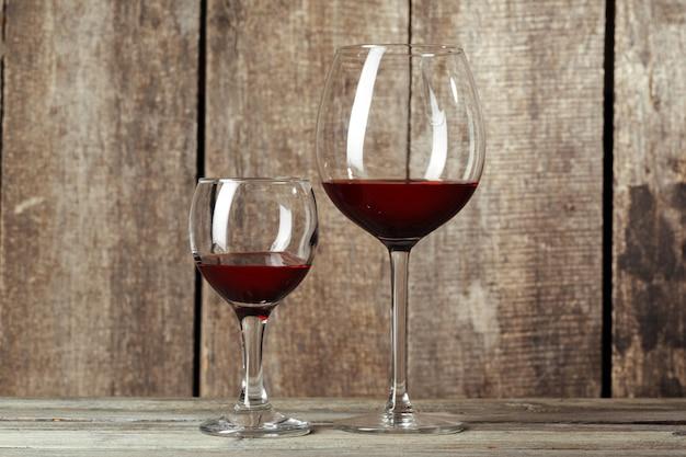 木製のテーブルにワインのグラス