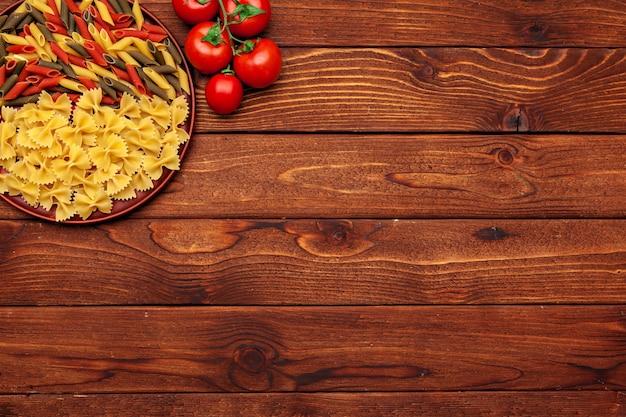パスタと食材のコピースペース。トップビューの背景。