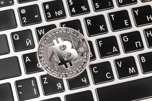 ノートパソコンのキーボード上のビットコイン