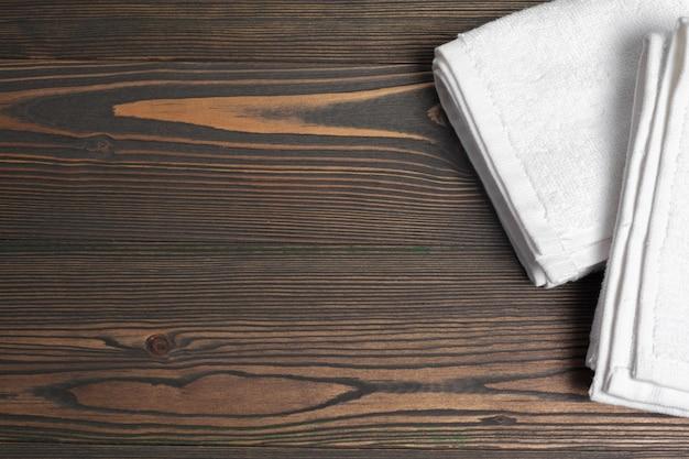 木製のテーブルにきれいな柔らかいタオル