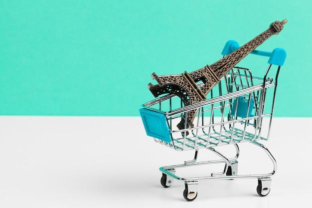 ショッピングカートのエッフェル塔。旅行のコンセプト