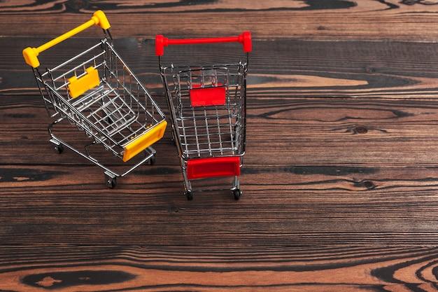 テーブルの上の空の食料品のおもちゃショッピングカート