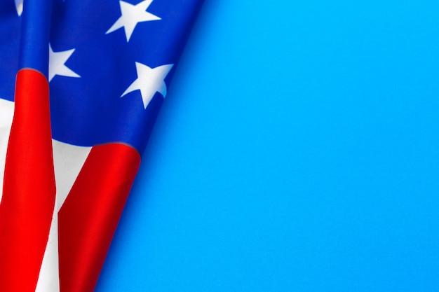 Американский флаг на синем фоне