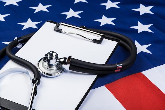 Фотография крупного плана стетоскопа на американском флаге сша