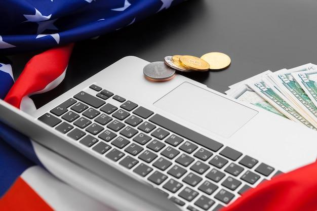 米国旗とオフィスデスクトップビュー上のラップトップ