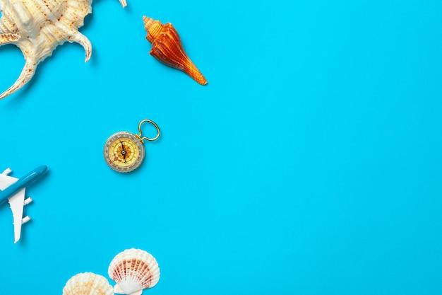Красивая морская композиция с ракушками и винтажным компасом