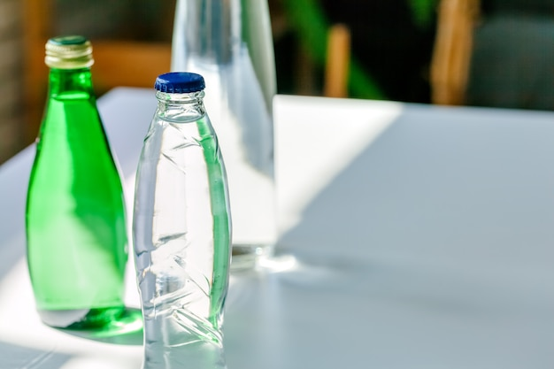 Крупным планом выстрел из бутылки с водой