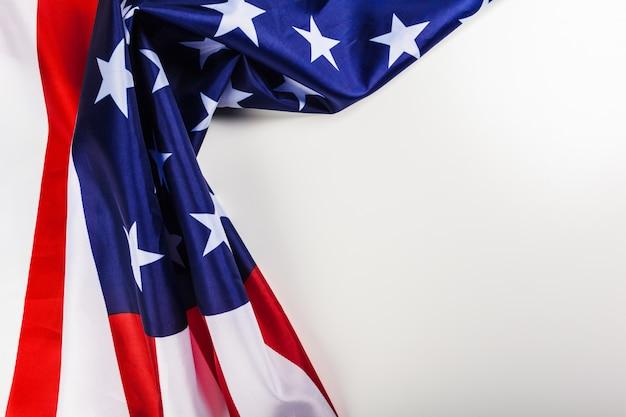 白い背景に分離されたアメリカの国旗の国境