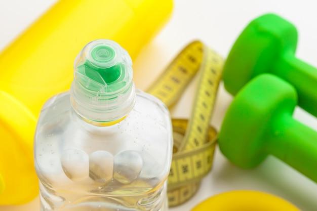 健康的な生活と測定テープのためのボトル入り飲料水