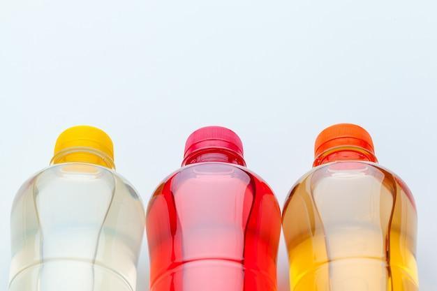 カラフルな飲み物のペットボトルの行をクローズアップ