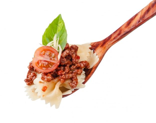 自家製の伝統的なイタリアのパスタと木製の調理スプーンのクローズアップ