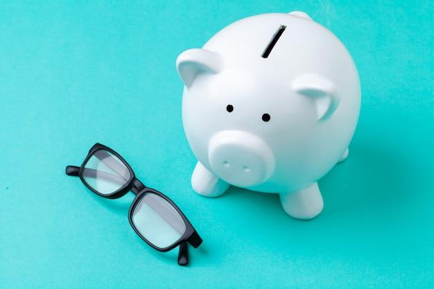 メガネでピンクの貯金箱