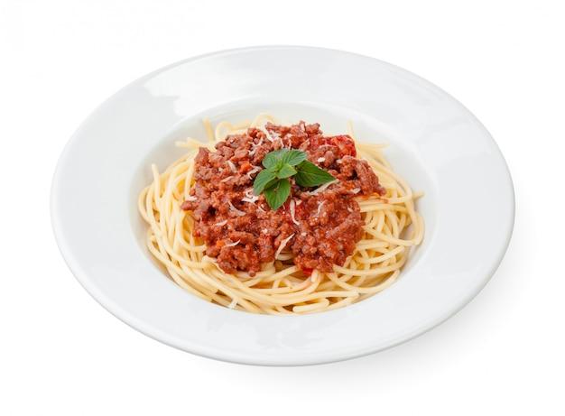 スパゲッティボロネーゼソース、牛肉または豚肉、チーズ、トマト、白い皿の上のスパイス