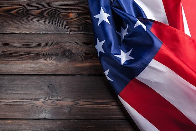 暗い木製のテーブル背景にアメリカ国旗