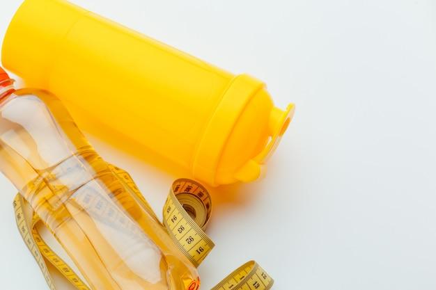 Вода в бутылках для здорового образа жизни и измерительная лента