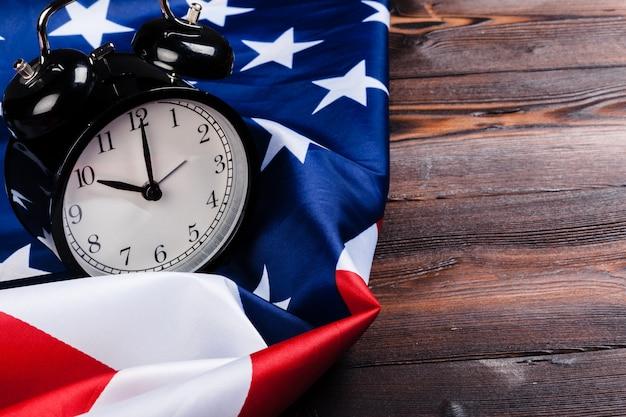 アメリカの国旗と黒の目覚まし時計