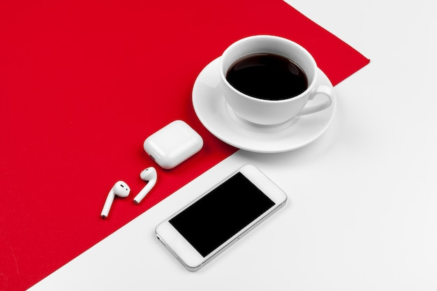 明るい赤のスマートフォンでコピースペースをモックアップします。