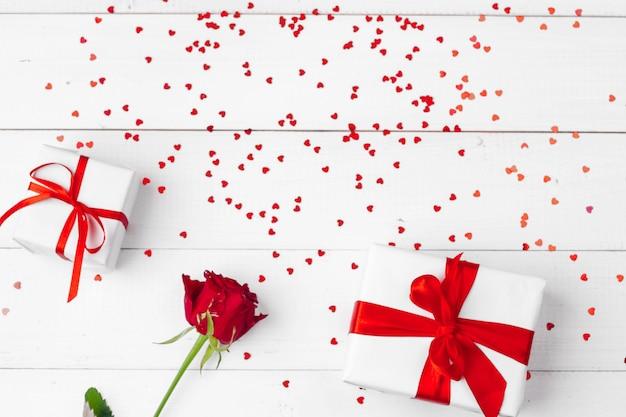 День святого валентина. красные розы и подарочная коробка на деревянном столе