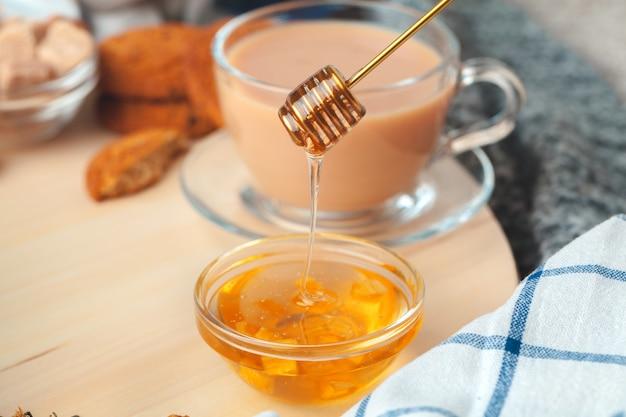 Чашка с травяным чаем и медом и сухим травяным чаем