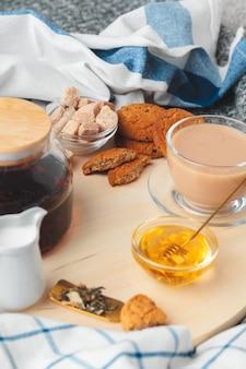 Время чая. чашка чая на красиво украшенном столе