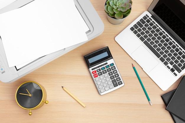 オフィスのテーブル上のプリンターとコンピューター。