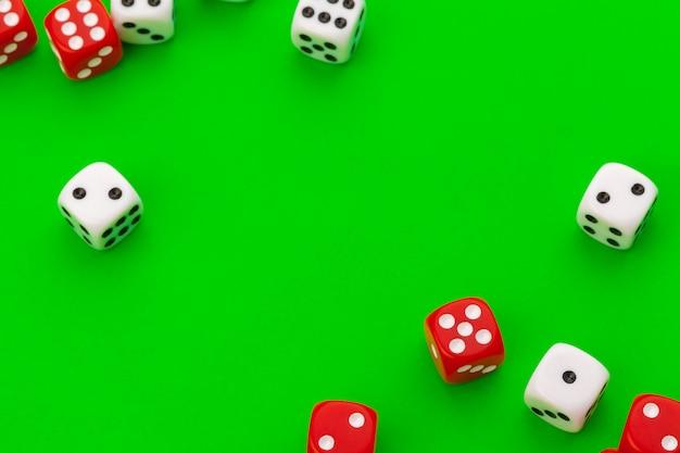 Спортивные кости на зеленом столе