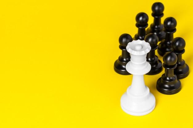 Шахматные фигуры на желтом