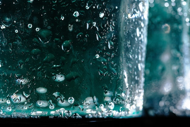 Закройте бутылку газированной воды с конденсатом на нем