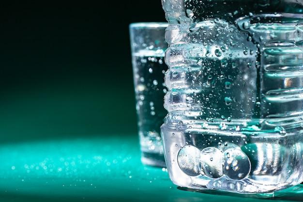 Бутылка газированной воды с конденсатом на ней