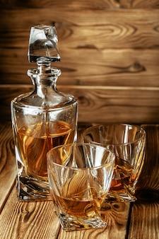 コニャックとウイスキーのグラスがバーの上に立つ