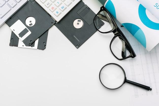 虫眼鏡とフロッピーディスク