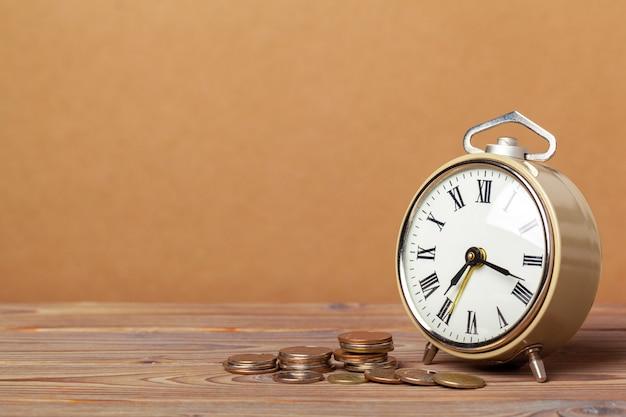 Время - деньги, настольные часы с монетами