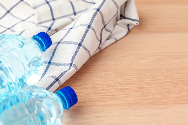 Пэт бутылки с водой на столе