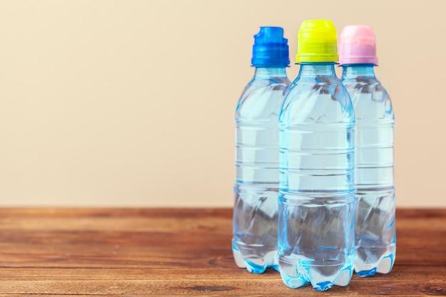 Пэт бутылки с водой на пустом столе
